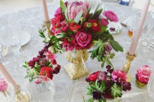 Centre De Table Dans Un Vase Médicis De Couleur Or Avec Des Fleurs D'automne Pour Un Mariage Romantique.