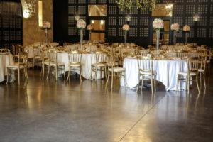 Salle De Mariage Décorée De Centre De Table Romantique Chic Avec Des Boules De Fleurs Sur Des Vases Hauts.