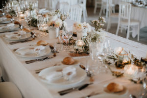 Centre De Table En Dahlia Et Gypsophile Lors D'un Mariage Blanc Organisé Au Mois D'août En été.