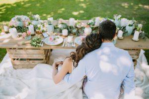 Centre De Table D'un Mariage En Extérieur Et Romantique Par La Décoratrice D'événement Elisabeth Delsol.