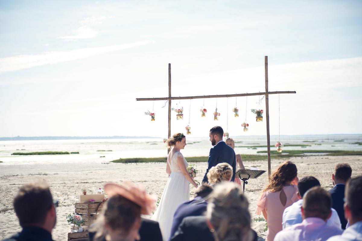 Arche en bambou et décoration en fleurs lors de cérémonie de mariage au Cap Ferret.
