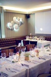 Décoration De Table De Mariage Dans Une Salle Du Cap Ferret.
