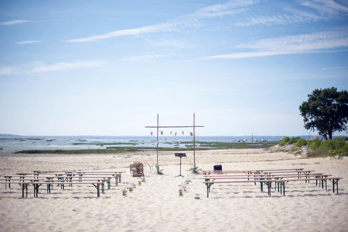 Arche et décoration de cérémonie sur la plage du Cap Ferret en Gironde sur un thème champêtre bohème.