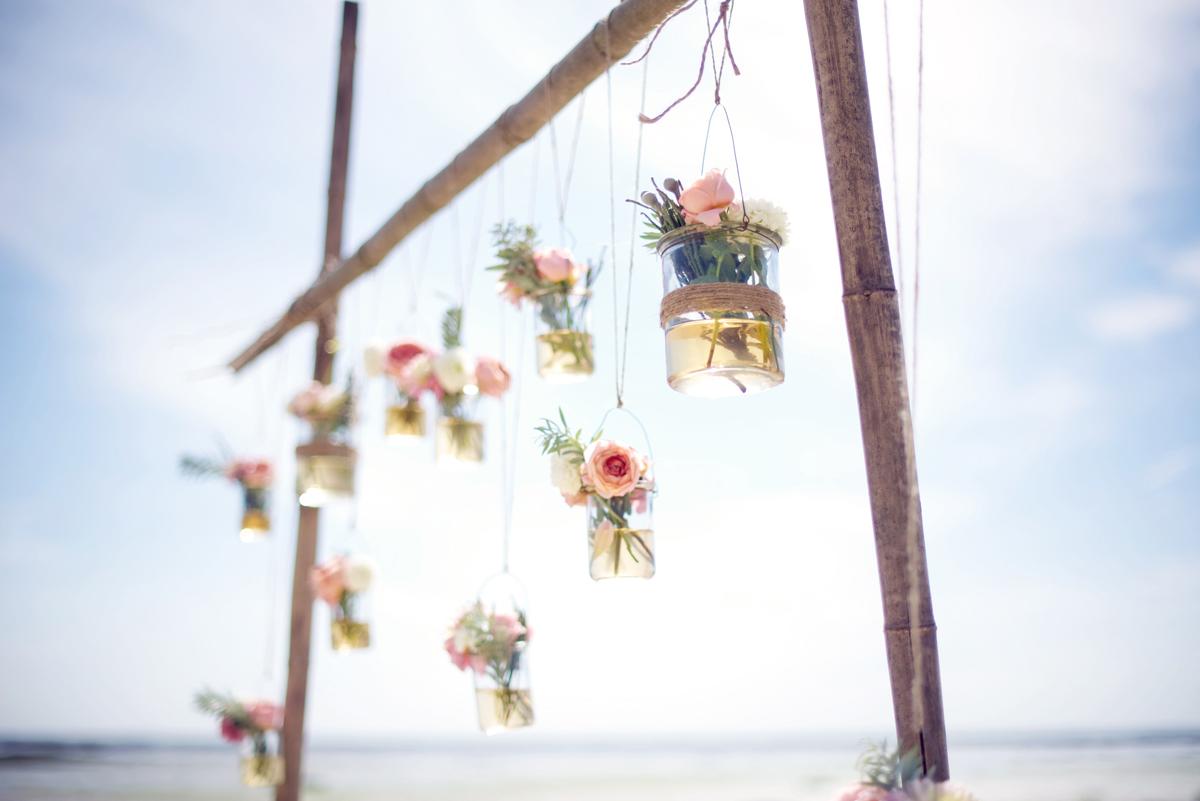 Décoration et bouquet de fleurs de mariage sur la plage du Cap Ferret.