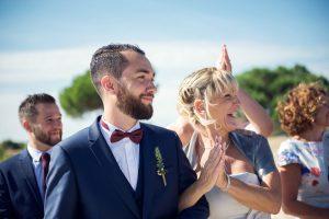 Marié Et Boutonnière Lors D'un Mariage Chic Sur La Plage Du Cap Ferret.