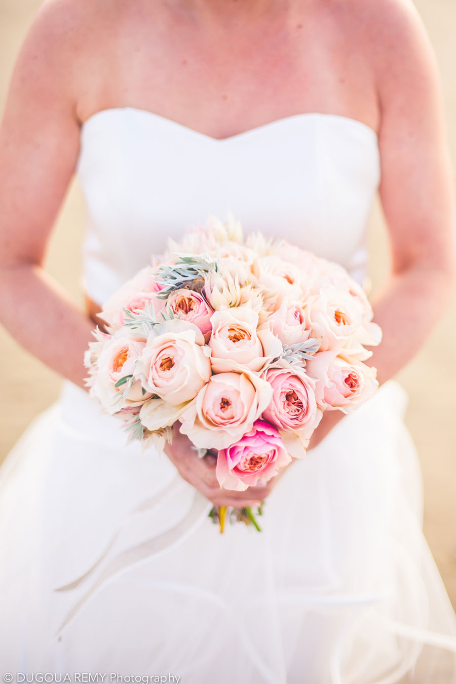 Bouquet de mariée de mariage bohème et champêtre sur la plage du bassin d'Arcachon par Elisabeth Delsol.