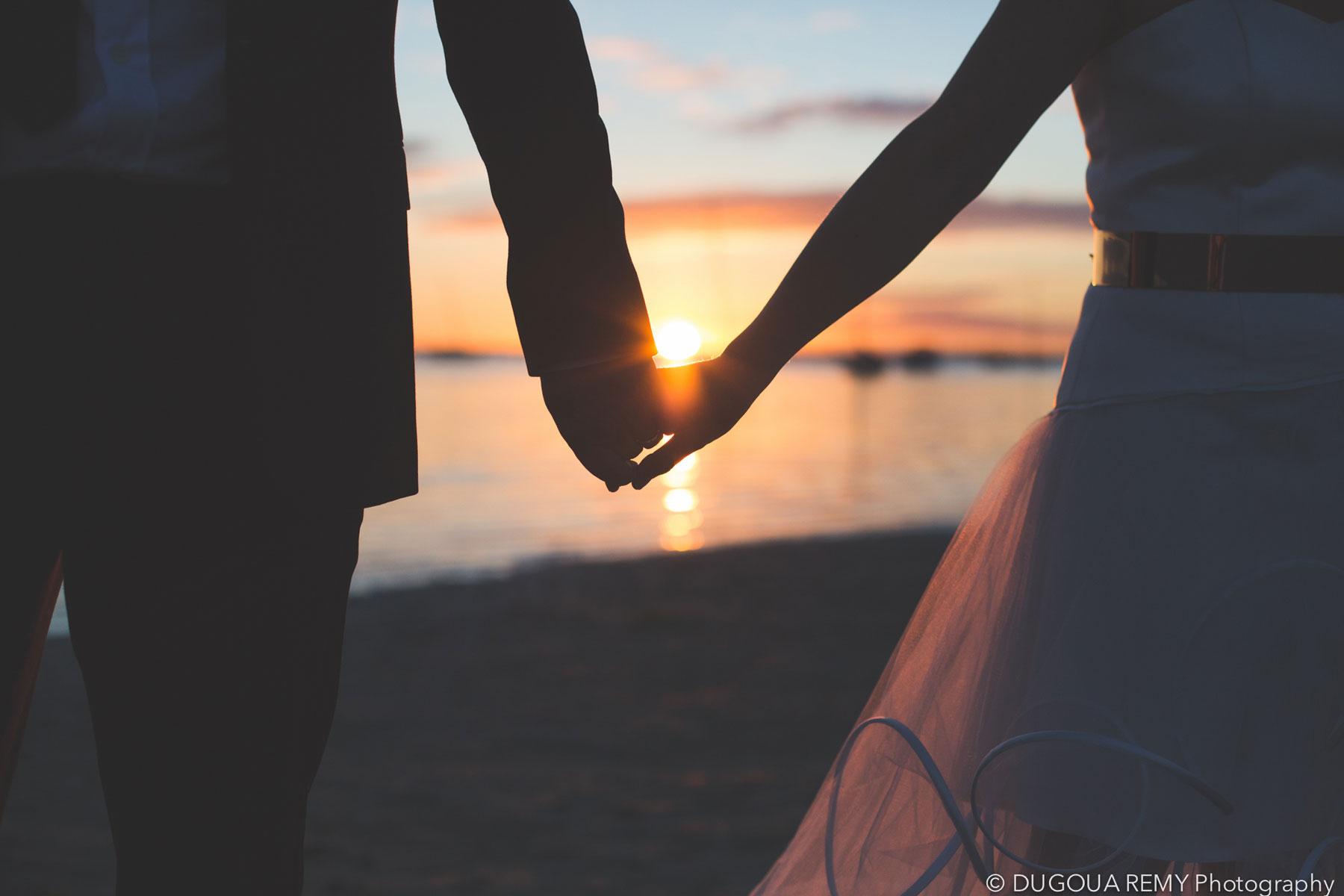 Amoureux et mariés sur la plage du Bassin d'Arcachon au coucher de soleil.