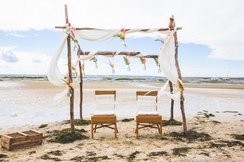 Arche de cérémonie en bois et bord de mer lors de mariage bohème et champêtre sur la plage du bassin d'Arcachon par Elisabeth Delsol.