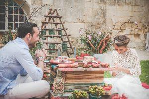 Décoration Florale De Mariage Bohème Romantique En Fleurs Fraîches, Tapis Et Cagette De Bois.