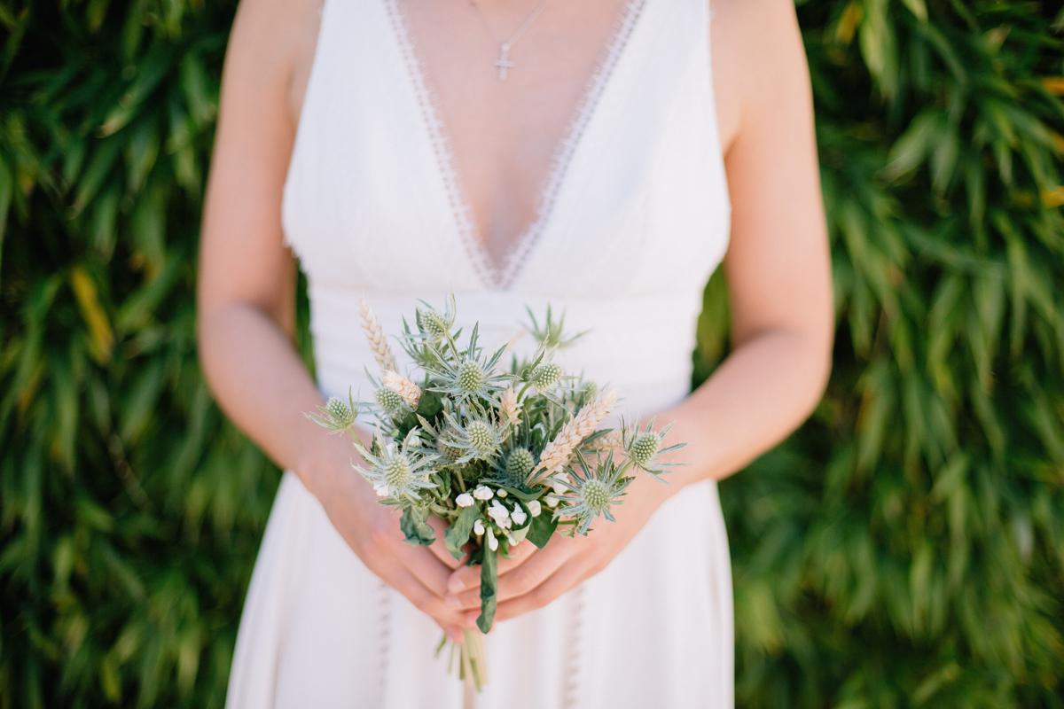 Bouquet de mariée en épi de blé et chardon pour une déco de mariage bucolique chic.