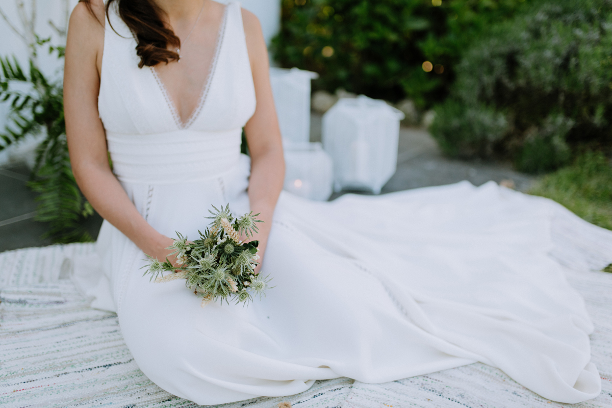 Mariée bohème, bucolique et poétique au printemps avec des fleurs chics et simples.