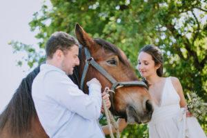 Mariage En Pleine Nature Avec Des Chevaux Lors D'un Décor Au Thème Bucolique Rustique.