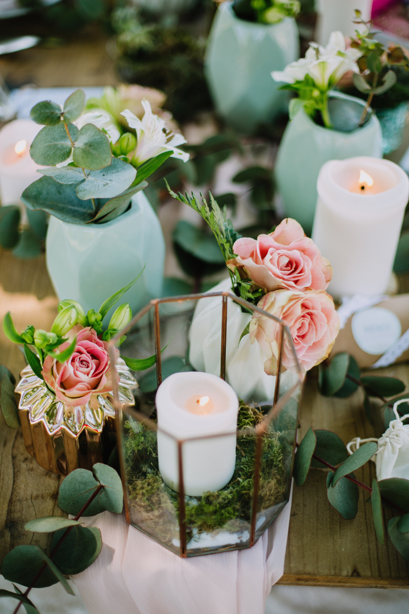 Composition florale en roses au thème bucolique, chic et végétal d'un mariage à la réception en extérieur.