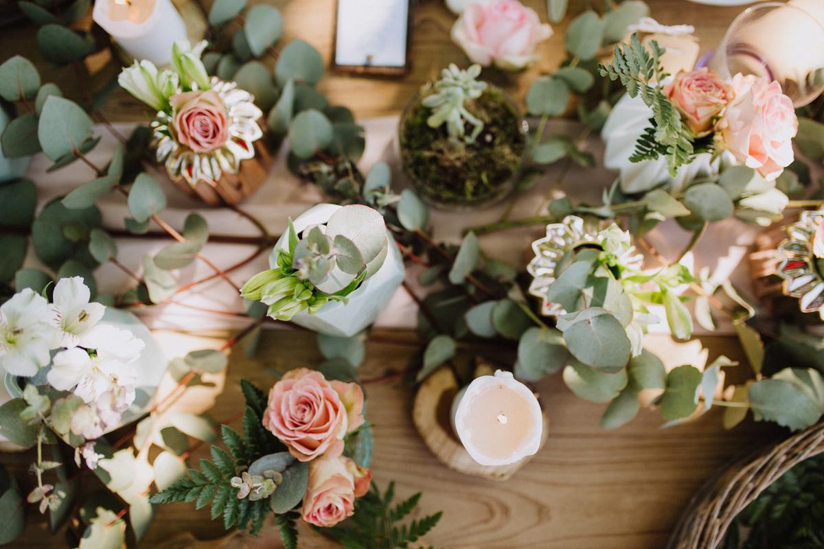 Centre de table en eucalyptus au thème bucolique, chic et végétal d'un mariage à la réception en extérieur.