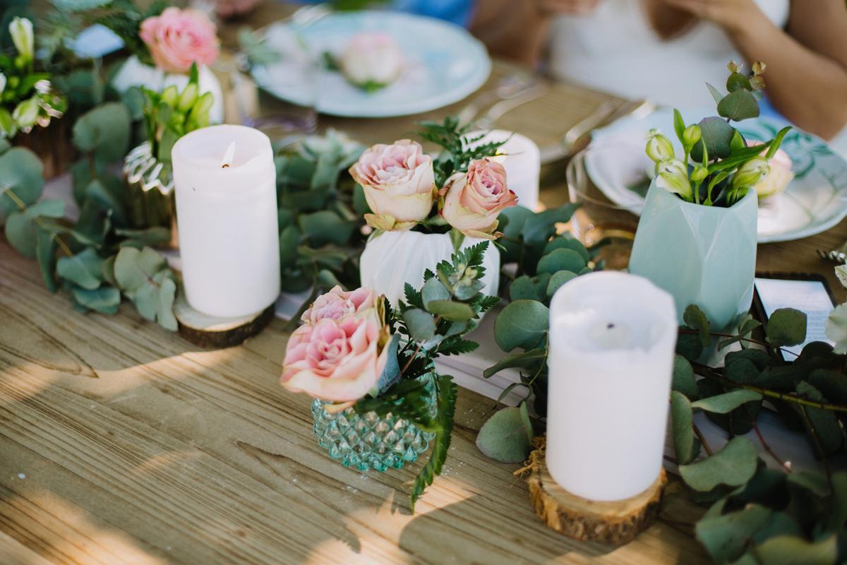 Centre de table en roses au thème bucolique, chic et végétal d'un mariage à la réception en extérieur.