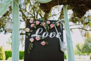 Photobooth De Mariage Original En Roses Et Eucalyptus Au Thème Bucolique, Chic Et Végétal D'un événement En Pleine Nature.