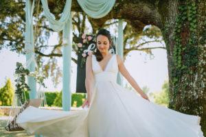 Mariée Devant Un Décor Naturel De Mariage Sous Un Arbre.