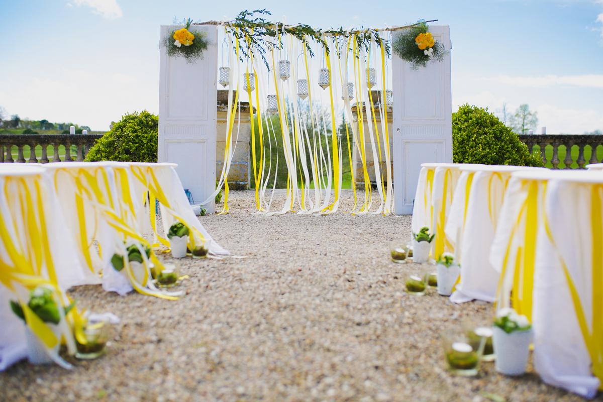 Décoration de mariage et d'arche de cérémonie en Dordogne par Elisabeth Delsol en couleur blanc, jaune et vert.