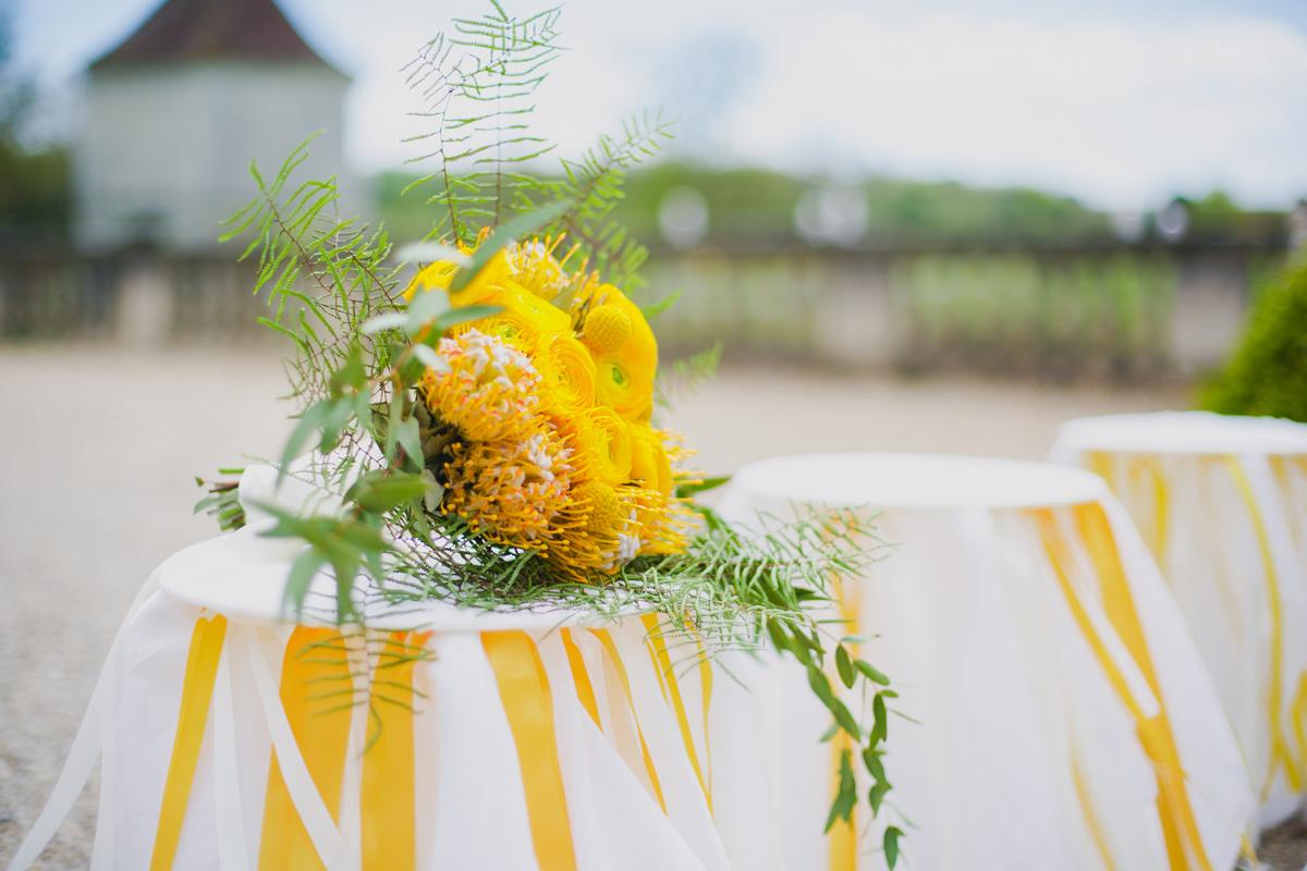 Bouquet de mariée jaune de mariages chic et bohème en Dordogne en rose, renoncule et fougère.