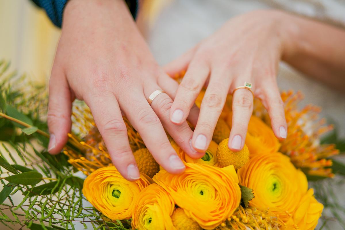 Bouquet de mariée et alliance.
