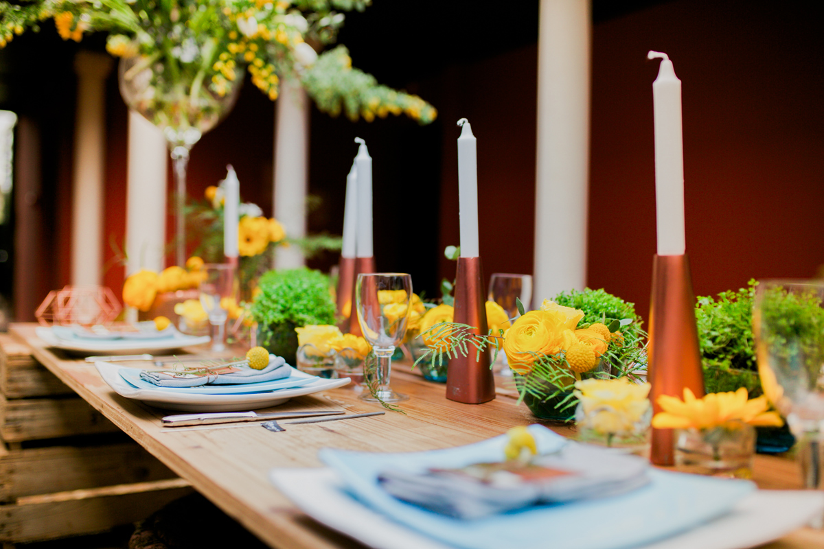 Décoration et centre de table bohème chic dans cette salle de mariage de Dordogne.