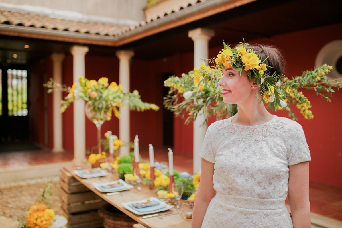 Décoration en bois et composition florale jaune au thème rustique champêtre dans ce Château de mariage d'Aquitaine.
