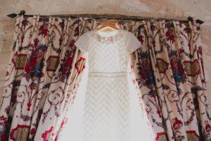 Robe De Mariée Simple Et Chic De Mariage En Dordogne Au Château Des Vigiers.