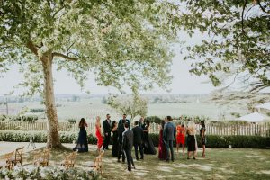 Le Jardin Et L'arbre Magnifique De Ce Cocktail De Mariage Haut De Gamme En été Et Septembre.