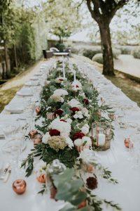 Décoration De Mariage Haut De Gamme En Eucalyptus, Hortensia Et Dahlia Lors D'une Réception De Septembre.