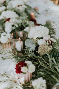 Fleur Blanche En Hortensia Et Feuillage Vert Avec Bougie De Bouquet Et Décoration De Mariage Haut De Gamme.