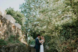 Photographie En Pleine Nature Sous Les Arbres Des Mariés Lors De Leur Mariage De Luxe.