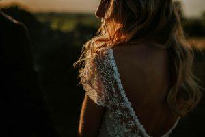 Mariée Face Au Coucher De Soleil Du Sud Ouest.