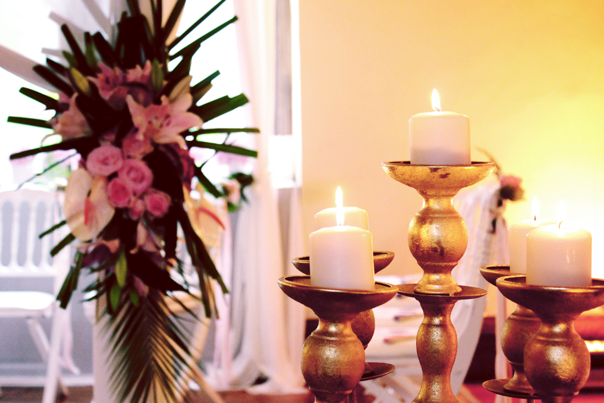 Mariage hindou avec des objets de décoration et chandelier en or et gold.