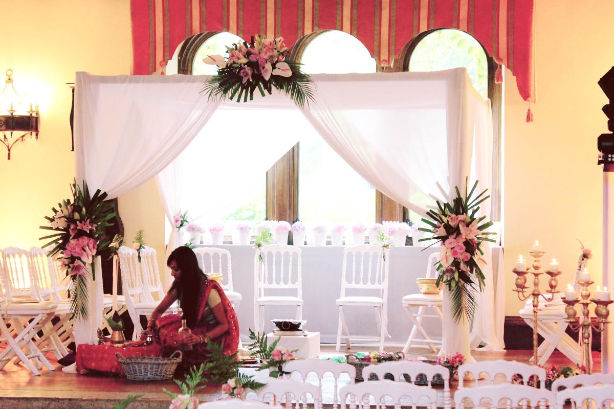 Arche de mariage hindou à la décoration florale.