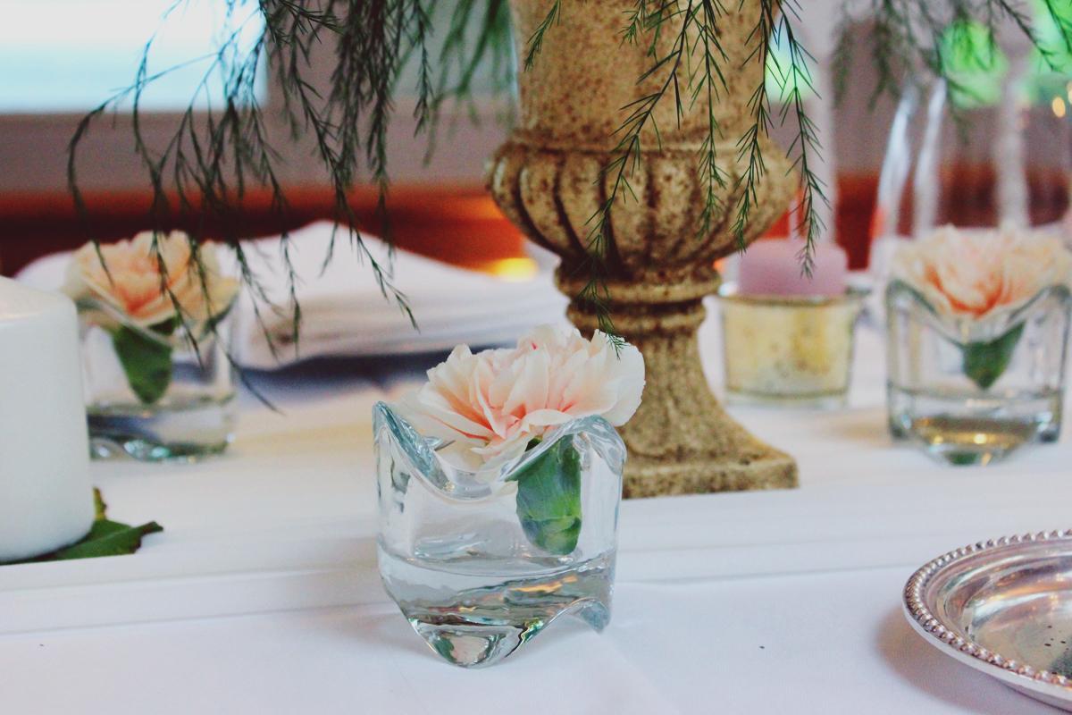 Soliflore de mariage hindou pour une décoration de table d'honneur.