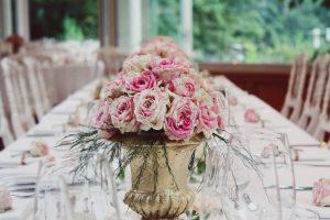 Bouquet De Rose Et Vase En Gold De Déco De Mariage Hindou En France.