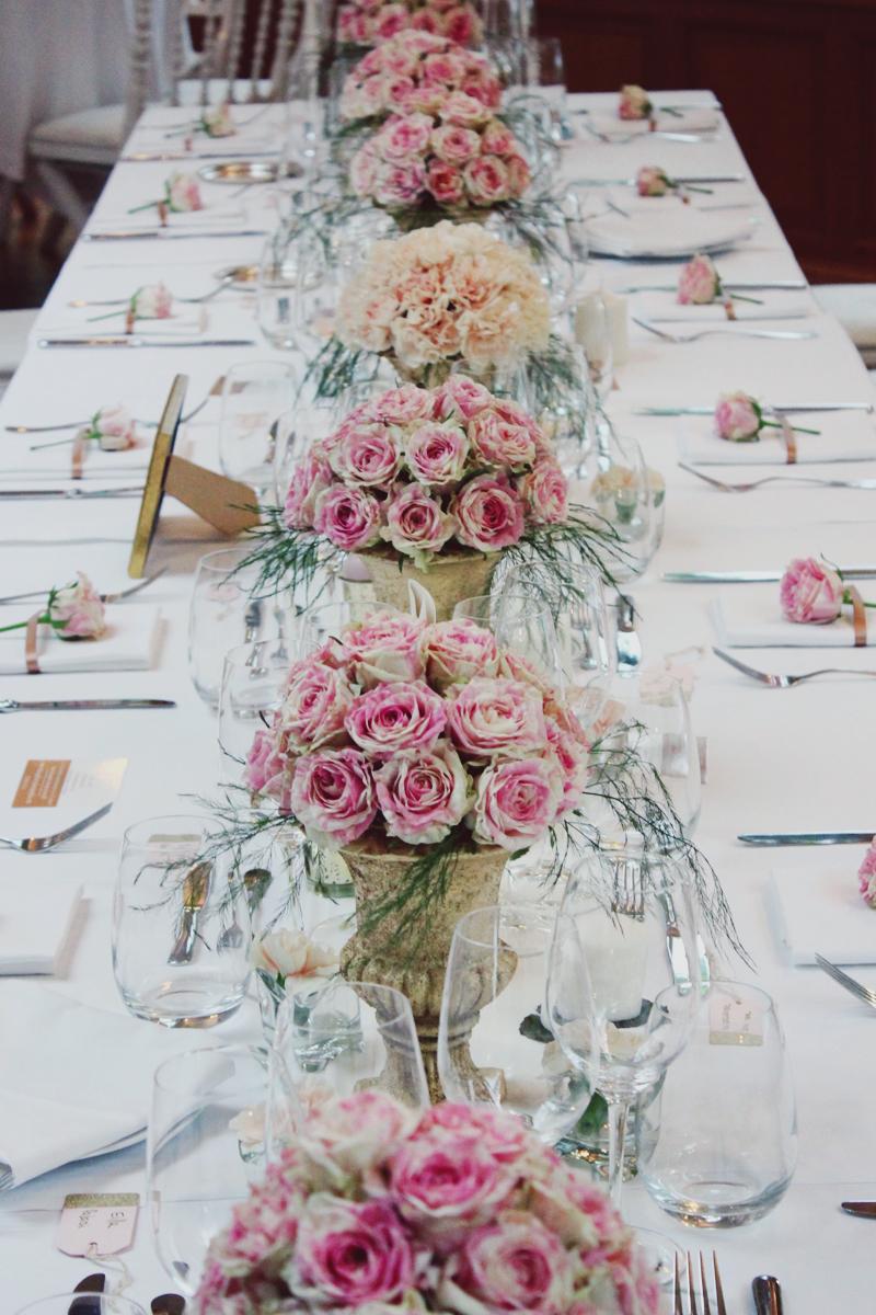 Centre de table et bouquet de fleurs lors de mariage hindou à la décoration chic et romantique.