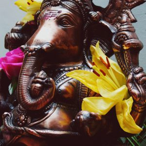Statue D'éléphant Du Dieu Ganesh Pour Un Mariage Hindou à La Décoration En Fleurs.