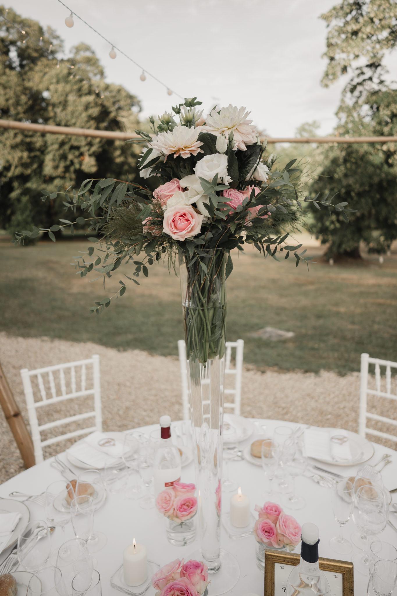 Centre de table et décoration en vase haut de mariage en rose et feuillage d'un mariage à Léognan.