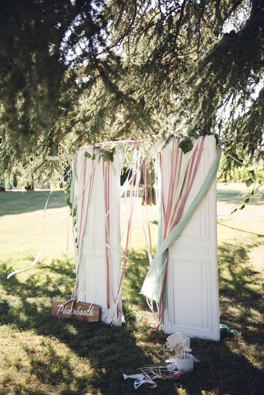 Photobooth de mariage original avec portes vintages posées dans le parc du Château du Sud Ouest.