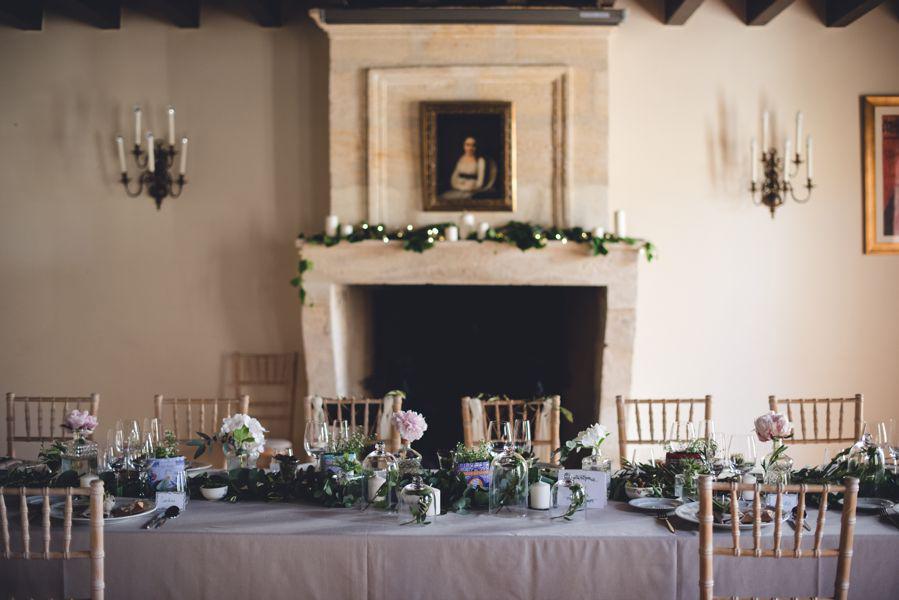 Décoration de la salle de réception de ce mariage de printemps par Elisabeth Delsol au thème végétal chic.