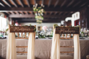 Décoration De Chaises Des Mariés Lors De La Réception De Ce Mariage De Printemps Par Elisabeth Delsol Au Thème Végétal Chic.