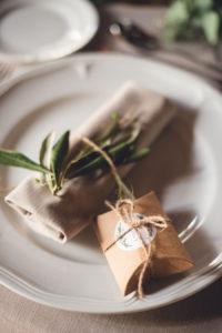 Décoration Des Serviettes De Table Lors De La Réception De Ce Mariage De Printemps Par Elisabeth Delsol Au Thème Végétal Chic.