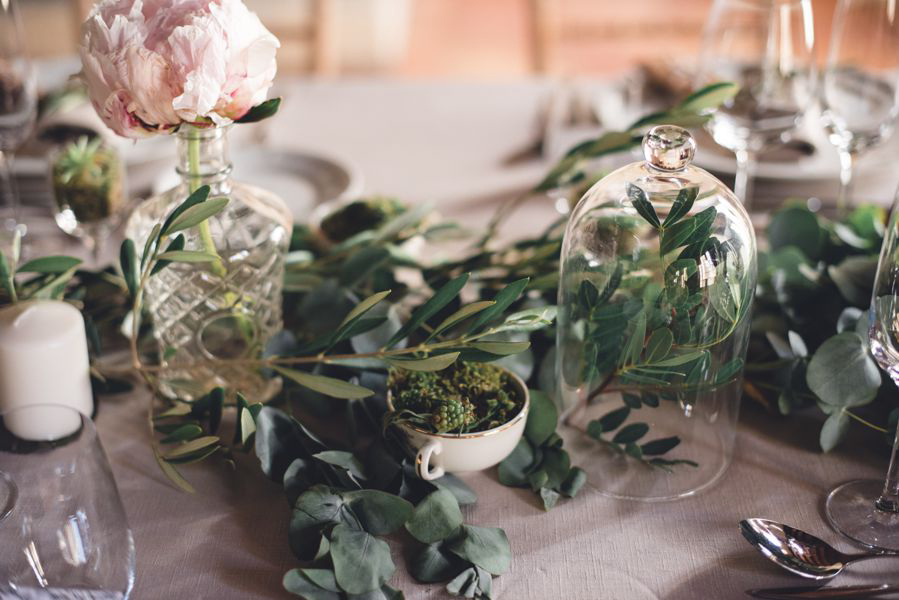 Décoration et centre de table en fleurs et eucalyptus lors de la réception de ce mariage de printemps par Elisabeth Delsol au thème végétal chic.