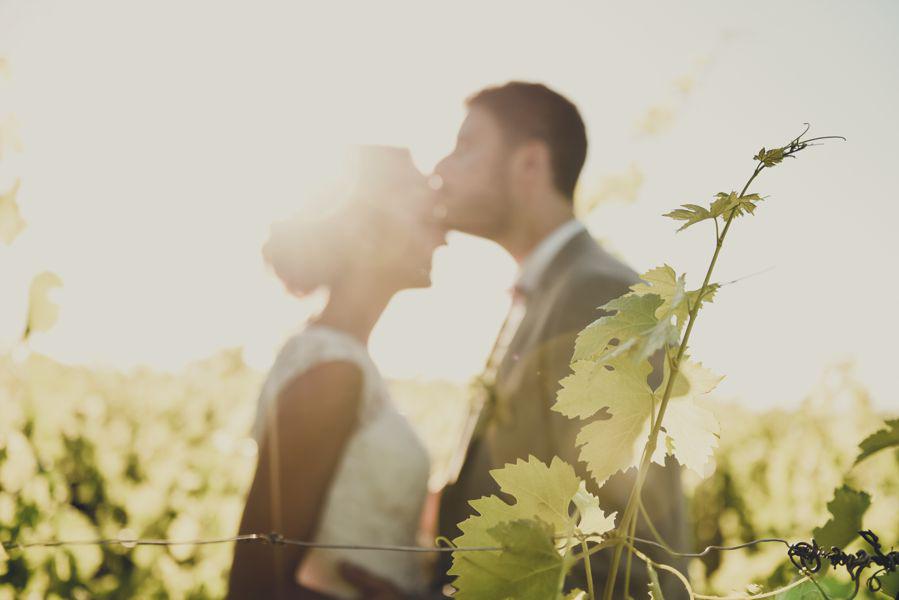 Des mariés en pleine nature photographiés au printemps.