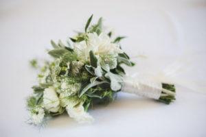 Bouquet De Mariée En Fleurs Blanches Et Vertes Au Thème Bohème Chic.