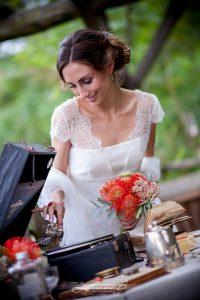 Bouquet De Mariée Sur Le Thème Safari Et Romantique En Fleur Exotique De Couleur Orange.
