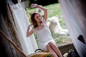 Décoration De Mariage Au Thème Safari Chic Avec Une Mariée, Une Lionne Dans Un Extérieur Bohème Et Sauvage.