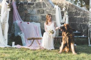 DLa Mariée Avec Son Chien Devant Son Arche De Cérémonie De Mariage En Hiver.