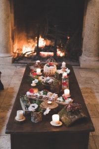 La Salle De Réception De Ce Mariage En Hiver Avec Une Décoration En Fleur De La Table Devant Son Feu De Cheminée.